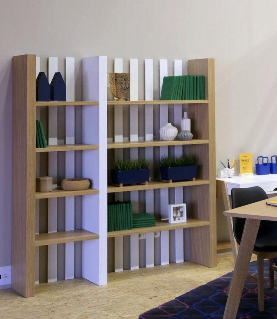 Librería listones verticales madera y blanco